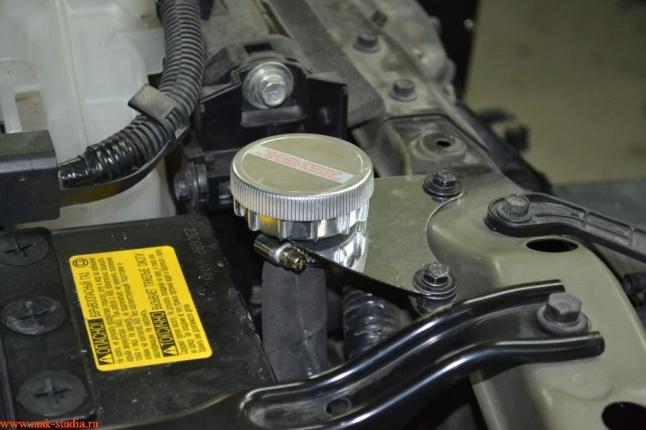 воздушный фильтр компрессора(вынесен в верхнюю точку подкапотного пространства, для возможности преодоления брода)