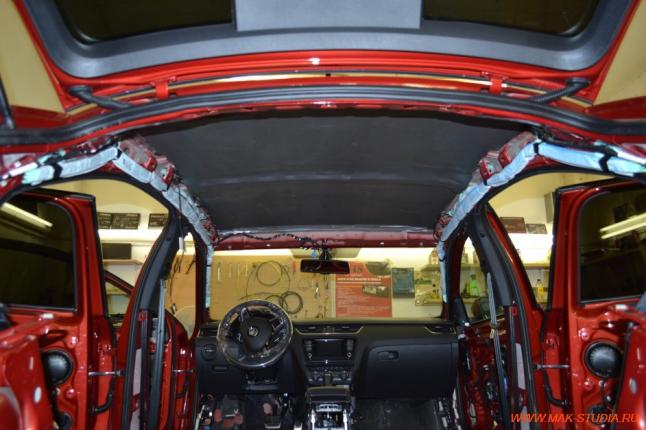 Второй этап шумоизоляции потолка-поклейка материалом сплэн