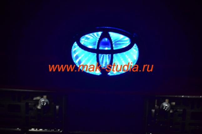 Эмблема со светодиодной подсветкой.