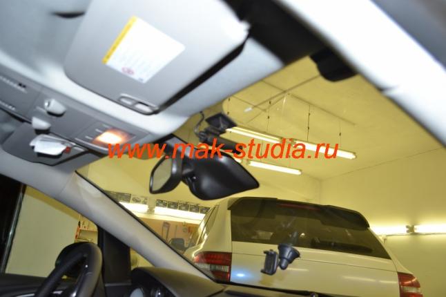 Скрытая установка видеорегистратора: небольшая камера удачно расположилась за стеклом.