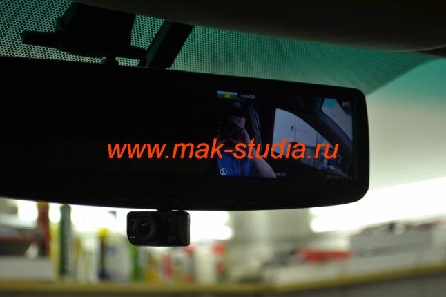 Видеорегистратор в зеркале заднего вида - при необходимости камеру можно извлечь в нижнее положение и развернуть в сторону водительского стекла