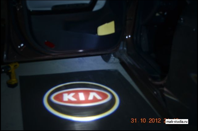 Лазерная проекция логотипа автомобиля Киа