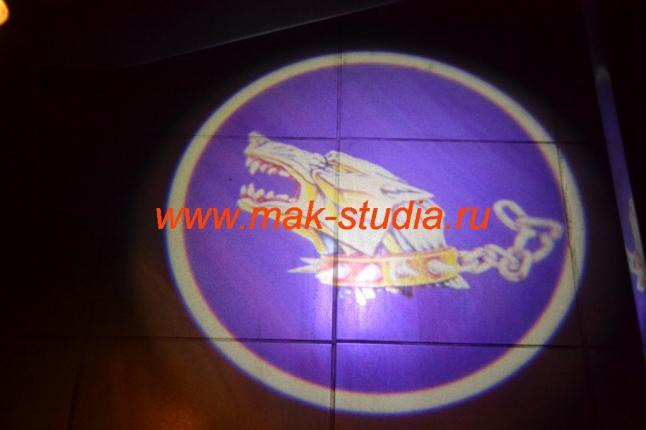 Лазерная проекция логотипа автомобиля - волк, рвущийся на свободу