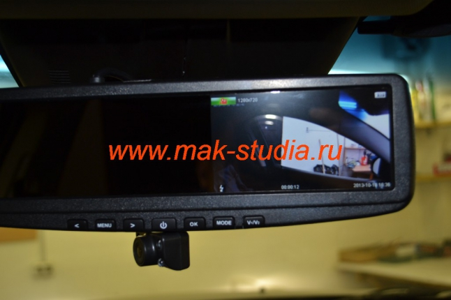 Видеорегистратор в зеркале заднего вида - при необходимости камеру можно извлечь в нижнее положение и развернуть в сторону водительского стекла.