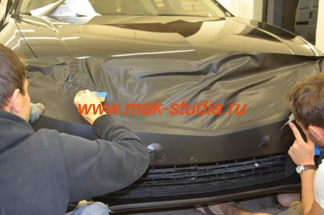 Оклейка авто плёнкой карбон
