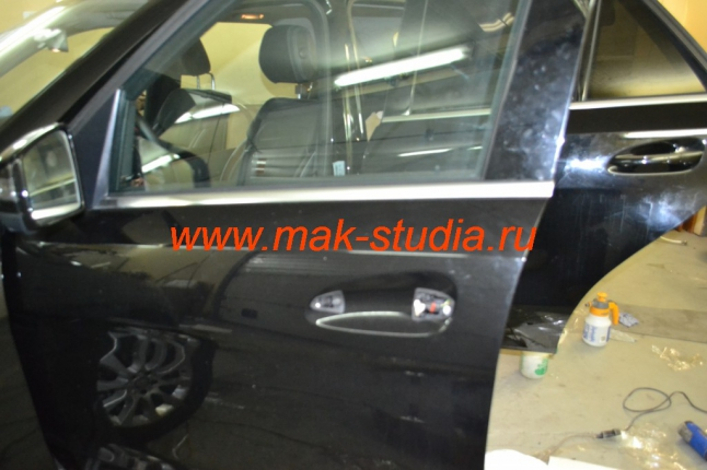 Оклейка дверей автомобиля антигравийной плёнкой