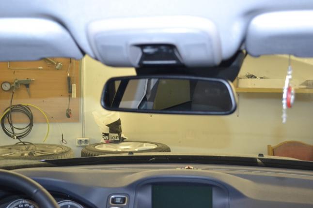 Автовидеорегистратор Blackvue DR500GW с места водителя совершенно не виден.