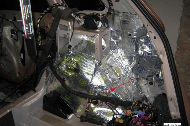 Тщательно проклеиваем внутреннюю поверхность крыльев и арок задних колёс вибропластом