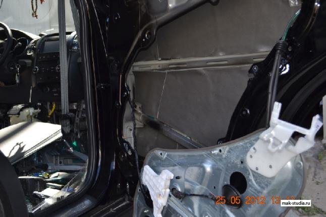 Шумоизоляция дверей автомобиля - клеим так же со 100% перекрытием, для получения максимального эффекта