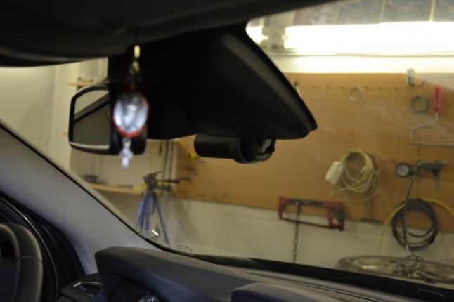 Автовидеорегистратор Blackvue DR500GW совсем не мешает обзору.