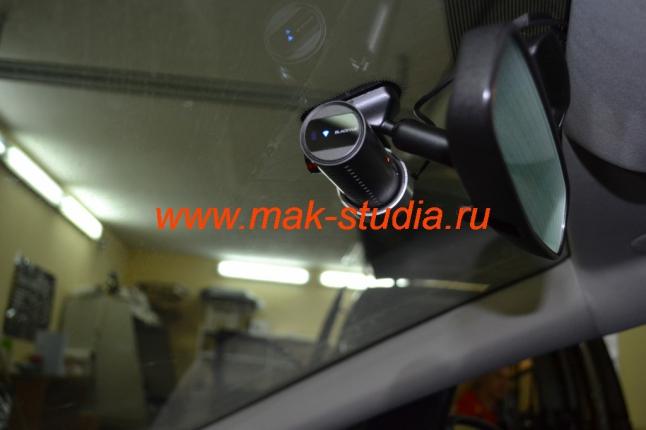 Установка видеорегистратора Blackvue DR 500 под зеркало заднего вида.