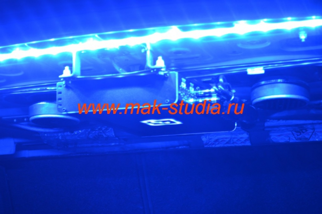 Светодиодная лента установлена по всей длине багажного отделения