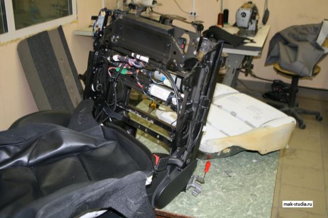 Сначала производим разборку сиденья на составные части