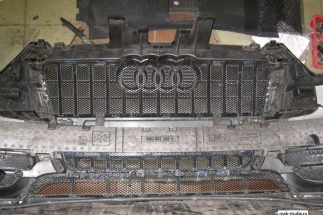 Аккуратно устанавливаем защитную сетку радиатора  изнутри бампера
