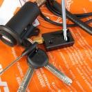 Личинка замка с ключами и механизм блокировки капота