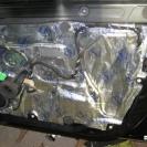 Средняя часть двери подвержена сильным резонансным коле-баниям за счёт технологических вырезов - клеим слой вибропласта
